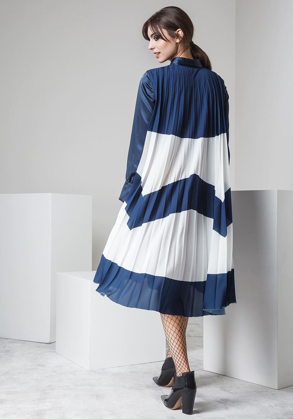 Silk shirt dress with pleted pannel on the back